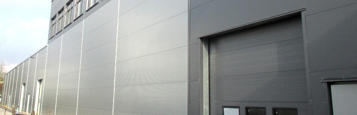 "<h4 class=""vtemslideshow-title"">Fassade und Wandverkleidung</h4><div class=""vtemslideshow-content"">Wirtschaftlich und Kostengünstig: Sandwichfassaden, Wärmegedämmte Kassettenwand, Wandtrapezbleche, Wellblech, Aluwelle und Paneelfassaden</div>"